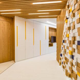Свежая идея для дизайна: коридор среднего размера в современном стиле с коричневыми стенами и белым полом - отличное фото интерьера
