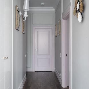 Свежая идея для дизайна: коридор в современном стиле с серыми стенами, темным паркетным полом и коричневым полом - отличное фото интерьера