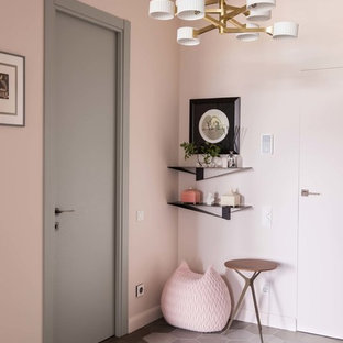 Idée de décoration pour un couloir design avec un mur rose, un sol en bois foncé et un sol marron.