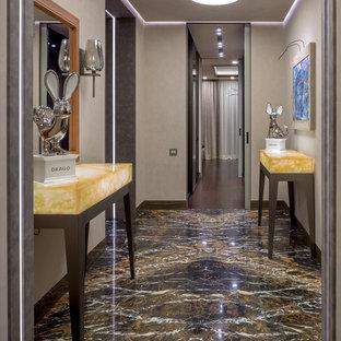 На фото: коридор среднего размера в современном стиле с бежевыми стенами, мраморным полом и черным полом