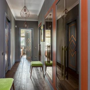 Новые идеи обустройства дома: коридор в современном стиле с серыми стенами, темным паркетным полом и коричневым полом