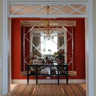 Mittelgroßer Klassischer Flur mit roter Wandfarbe und Keramikboden in Moskau