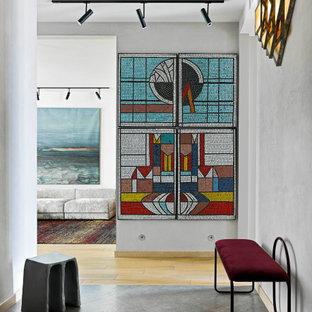 Свежая идея для дизайна: коридор в стиле модернизм с серыми стенами - отличное фото интерьера