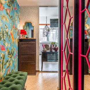 Новый формат декора квартиры: маленький коридор в стиле фьюжн с разноцветными стенами и бежевым полом