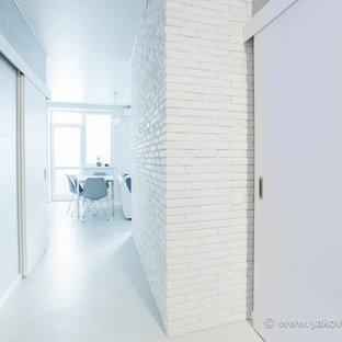 他の地域の中くらいのコンテンポラリースタイルのおしゃれな廊下 (白い壁、コルクフローリング) の写真