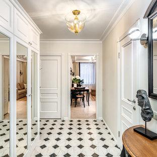 Стильный дизайн: коридор в классическом стиле с бежевыми стенами и разноцветным полом - последний тренд