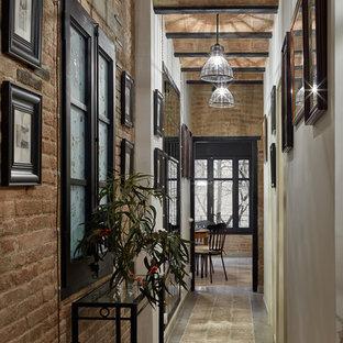 Diseño de recibidores y pasillos industriales, pequeños, con paredes marrones, suelo de baldosas de cerámica y suelo marrón