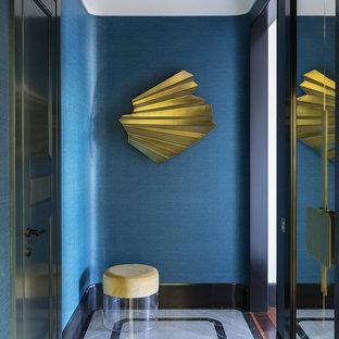 Неиссякаемый источник вдохновения для домашнего уюта: коридор в стиле современная классика с синими стенами, мраморным полом и серым полом