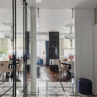 Неиссякаемый источник вдохновения для домашнего уюта: коридор в стиле современная классика с белыми стенами и разноцветным полом