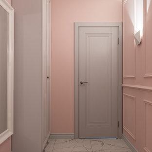 Imagen de recibidores y pasillos contemporáneos, pequeños, con paredes rosas, suelo de baldosas de porcelana y suelo gris