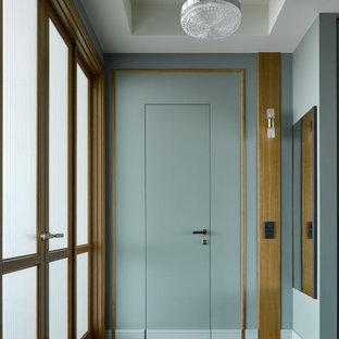 Свежая идея для дизайна: коридор в современном стиле с темным паркетным полом, коричневым полом и многоуровневым потолком - отличное фото интерьера