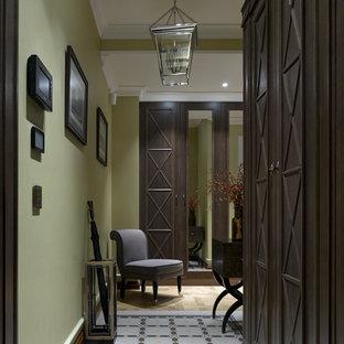 Новые идеи обустройства дома: коридор в классическом стиле с полом из керамической плитки и зелеными стенами