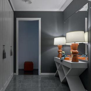 Новые идеи обустройства дома: коридор в стиле современная классика с серыми стенами