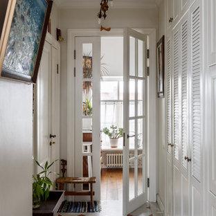 Exemple d'une entrée chic avec un couloir et un mur blanc.