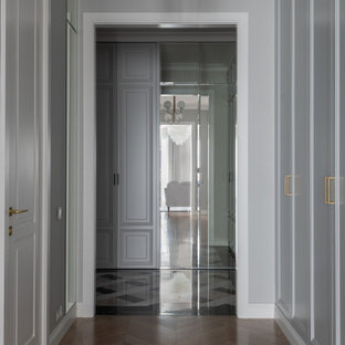 Свежая идея для дизайна: маленький коридор в стиле современная классика с серыми стенами, паркетным полом среднего тона, бежевым полом и обоями на стенах - отличное фото интерьера