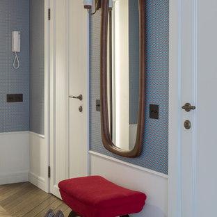 Новый формат декора квартиры: коридор в стиле ретро с синими стенами, паркетным полом среднего тона и коричневым полом
