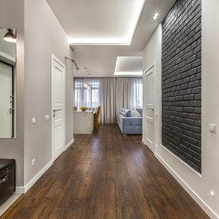 Свежая идея для дизайна: коридор в классическом стиле с серыми стенами и темным паркетным полом - отличное фото интерьера