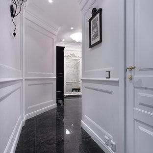 Foto de recibidores y pasillos tradicionales con paredes blancas