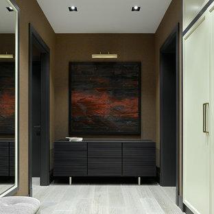 Пример оригинального дизайна: коридор в современном стиле с коричневыми стенами, светлым паркетным полом и серым полом
