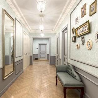 Новый формат декора квартиры: коридор среднего размера в классическом стиле с синими стенами, полом из керамической плитки и бежевым полом