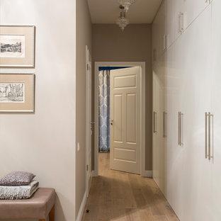Неиссякаемый источник вдохновения для домашнего уюта: коридор в стиле современная классика с бежевыми стенами и светлым паркетным полом