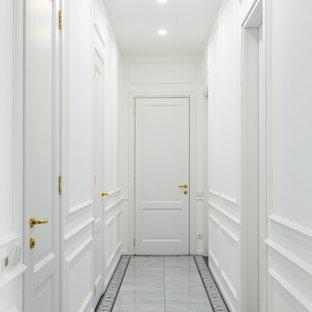 Неиссякаемый источник вдохновения для домашнего уюта: коридор в современном стиле с белыми стенами и белым полом