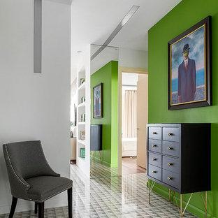 Удачное сочетание для дизайна помещения: коридор среднего размера в современном стиле с зелеными стенами - самое интересное для вас