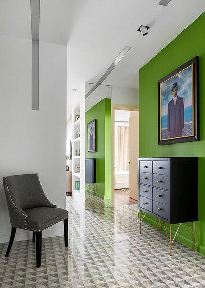 Houzz tour odnushka con pareti verdi 12 photos how - Magritte uomo allo specchio ...