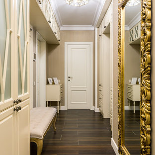 Источник вдохновения для домашнего уюта: коридор в стиле современная классика с бежевыми стенами, темным паркетным полом и коричневым полом