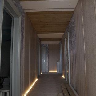 Mittelgroßer Mediterraner Flur mit braunem Holzboden, Holzdielendecke und Wandpaneelen in Sankt Petersburg
