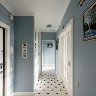 Idée de décoration pour un couloir tradition avec un mur bleu.