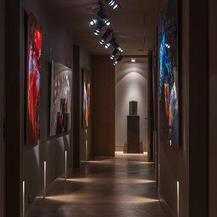 Создайте стильный интерьер: коридор в современном стиле с серыми стенами и паркетным полом среднего тона - последний тренд