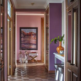 На фото: коридор в стиле фьюжн с разноцветными стенами и темным паркетным полом с