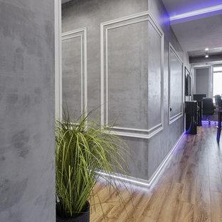 Bild på en liten industriell hall, med grå väggar, laminatgolv och beiget golv