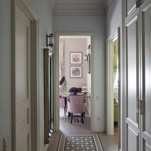 Idées déco pour un couloir classique avec un mur blanc et un sol en carrelage de céramique.