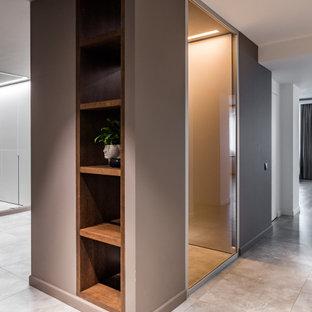 Стильный дизайн: коридор в современном стиле с бежевым полом - последний тренд