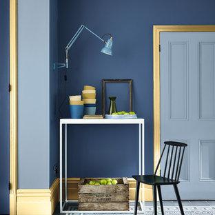 Inspiration pour un couloir traditionnel avec un mur bleu et un sol bleu.