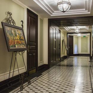 モスクワの広いインダストリアルスタイルのおしゃれな廊下 (緑の壁、セラミックタイルの床) の写真