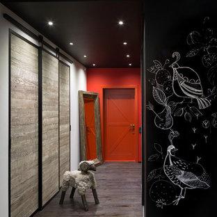 Industriell inredning av en hall, med mörkt trägolv och grått golv