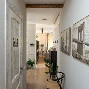 Immagine di un ingresso o corridoio eclettico di medie dimensioni con pavimento in gres porcellanato e pareti bianche