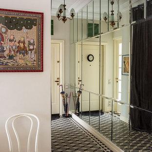 Неиссякаемый источник вдохновения для домашнего уюта: коридор в стиле современная классика с белыми стенами, светлым паркетным полом и белым полом