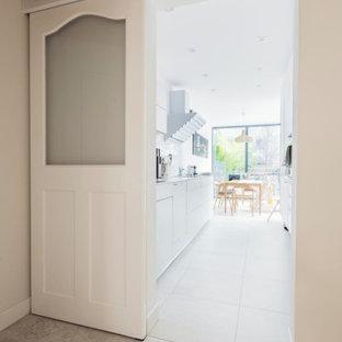 Идея дизайна: коридор в скандинавском стиле с белыми стенами