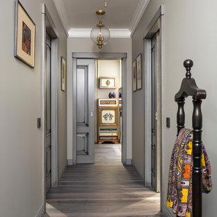 Источник вдохновения для домашнего уюта: маленький, узкий коридор в классическом стиле с серыми стенами, темным паркетным полом и серым полом
