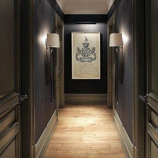 Новый формат декора квартиры: коридор в стиле современная классика с черными стенами и паркетным полом среднего тона