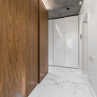 Свежая идея для дизайна: коридор в современном стиле с белыми стенами и мраморным полом - отличное фото интерьера