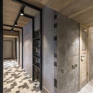 Свежая идея для дизайна: коридор среднего размера в современном стиле с серыми стенами, полом из керамической плитки и серым полом - отличное фото интерьера