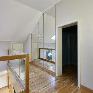 Источник вдохновения для домашнего уюта: коридор в современном стиле с серыми стенами, паркетным полом среднего тона и коричневым полом