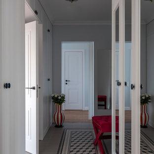 На фото: коридор в стиле современная классика с серыми стенами и серым полом с