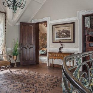 На фото: коридор в викторианском стиле с серыми стенами, паркетным полом среднего тона и коричневым полом с
