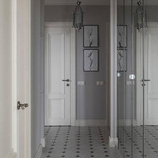На фото: коридор в классическом стиле с серыми стенами и разноцветным полом